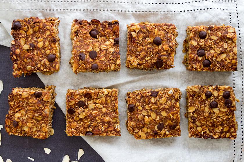 Chocolate Chip & Pumpkin Flapjacks - the perfect, easy snack to have handy throughout the week! www.sprinkleofgreen.com #vegan