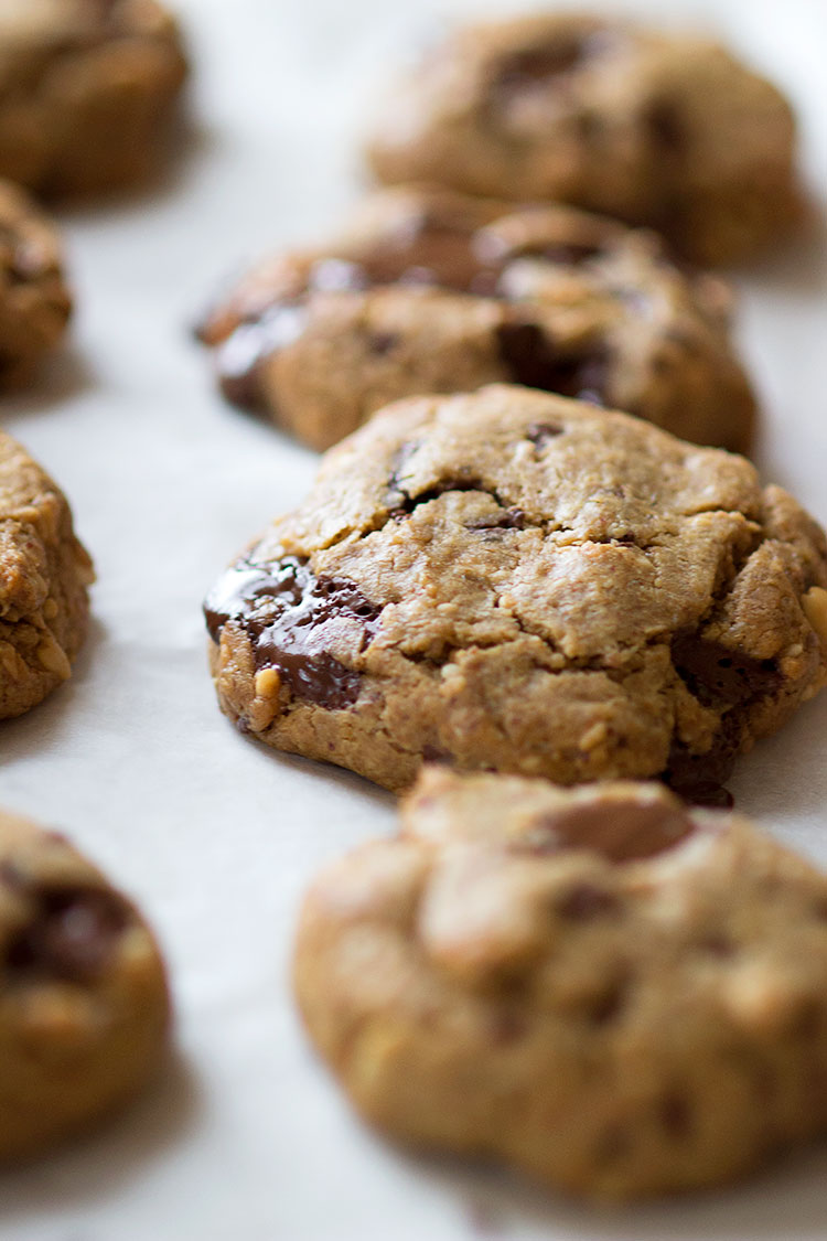 Flourless Peanut Butter Chocolate Chunk Cookies! The most addictive healthy cookies I've ever had! www.sprinkleofgreen.com