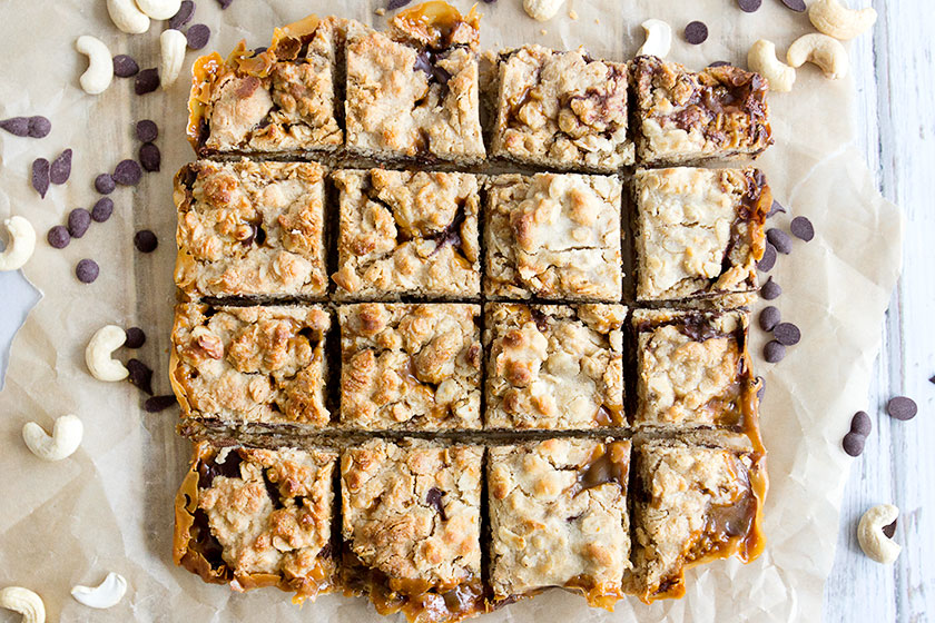 Caramel, Chocolate & Cashew 'Carmelita' Squares from www.sprinkleofgreen.com | Delicious layers of crumbly oats with a decadent vegan caramel and chocolate filling. #glutenfree #vegan