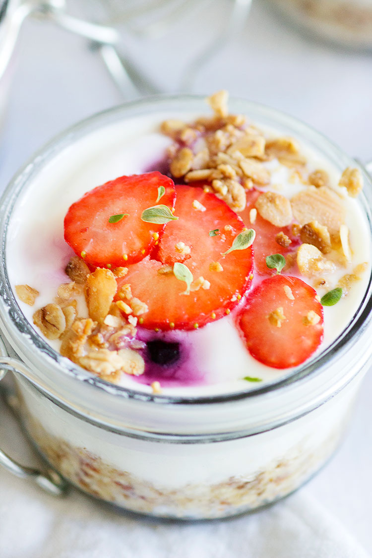 Berry Breakfast Yogurt Cheesecake Jars | Delicious coconut and oat base topped with vanilla yogurt dotted with berries, with some crunchy granola to top. Best breakfast I could hope for, and easy to make! www.sprinkleofgreen.com